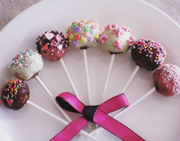 バレンタインのお菓子レシピのケーキポップ