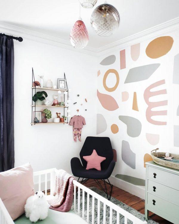 壁紙の個性的なデザインが遊び心を演出