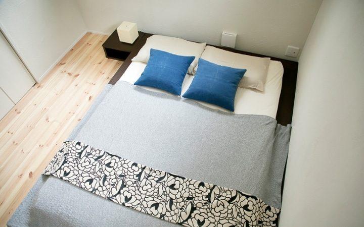 低床のダブルベッドがある6畳寝室レイアウト
