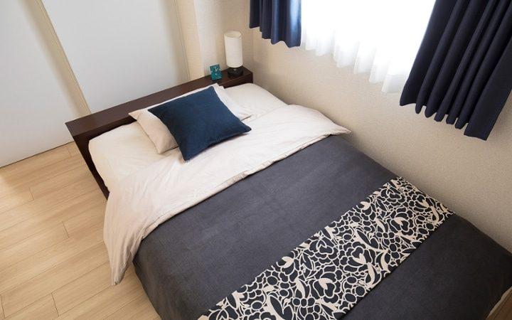 窓際にシングルベッドがある寝室レイアウト