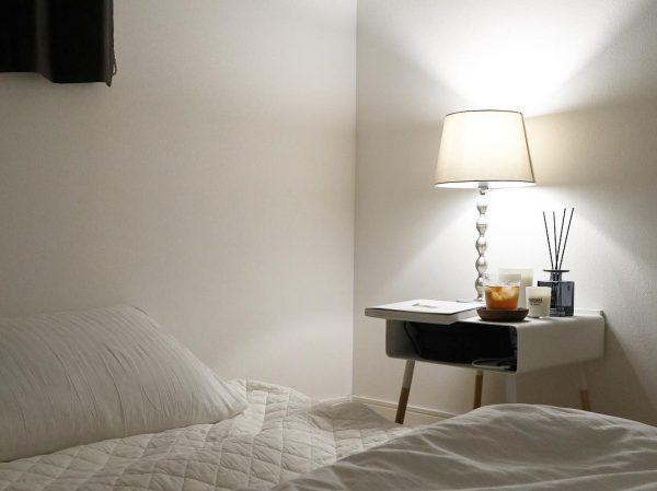 寝室のおしゃれで便利なサイドテーブル