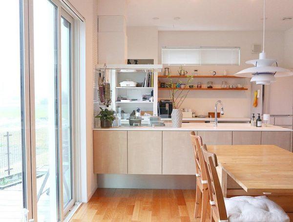 おしゃれな見せる収納が魅力のキッチン