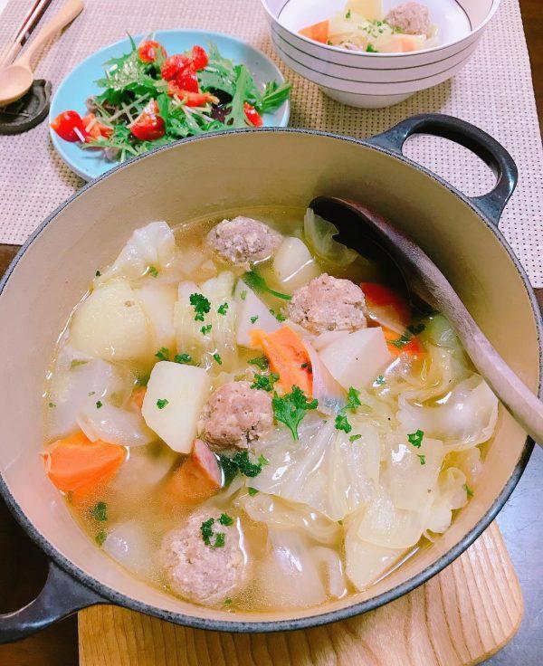 人気の具の肉だんごの洋風鍋料理のポトフ