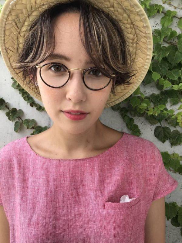 帽子と合わせるショートヘア×メガネ