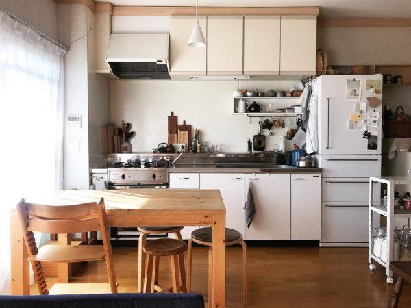 白と木目のダイニングキッチン