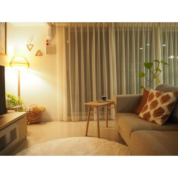 間接照明に映えるベージュのソファ