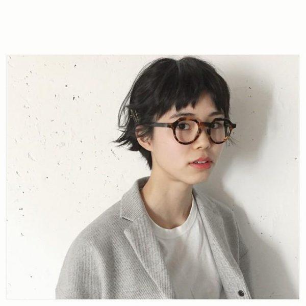 ざっくりカットのショートヘア×メガネ