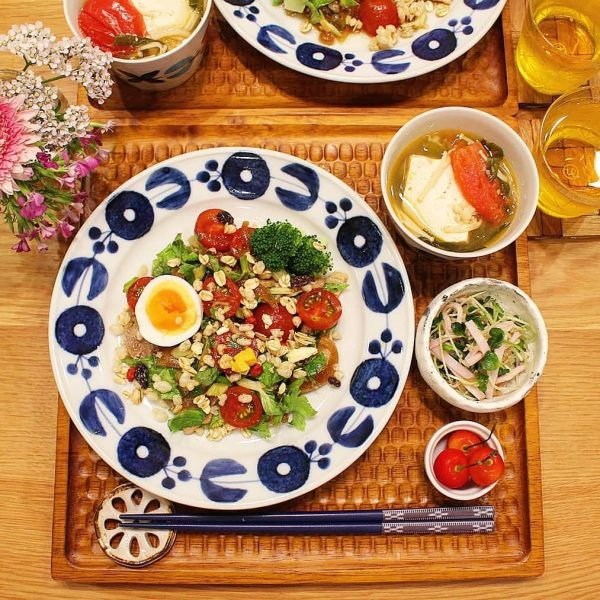 人気のナムル風サラダを箸休めに