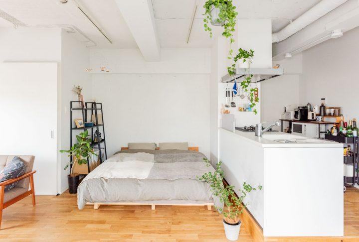 【ワンルーム】広い土間に大きな対面キッチン。大胆間取りのリノベルームで仲良く暮らすふたりの部屋