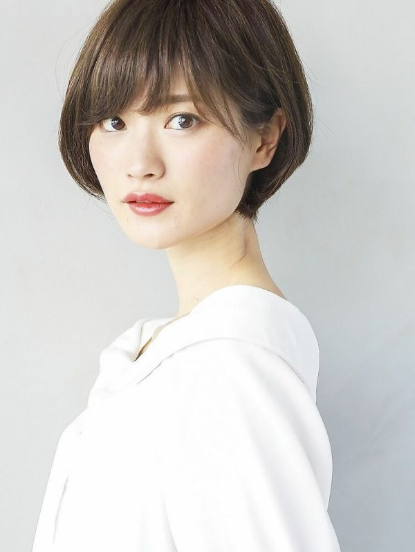 流し前髪のシンプルなショートヘア