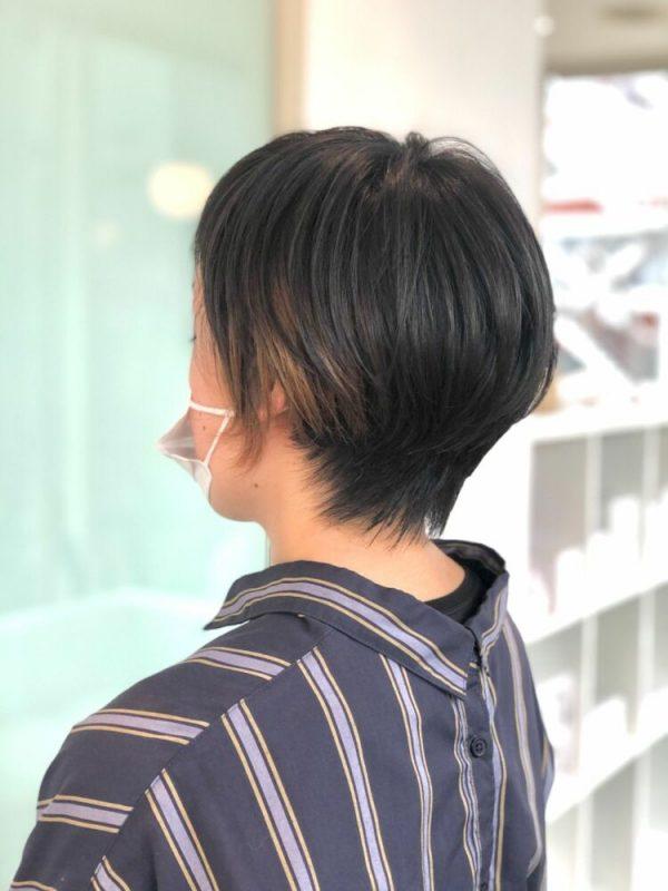 ショートヘアにも映えるイヤリングカラー
