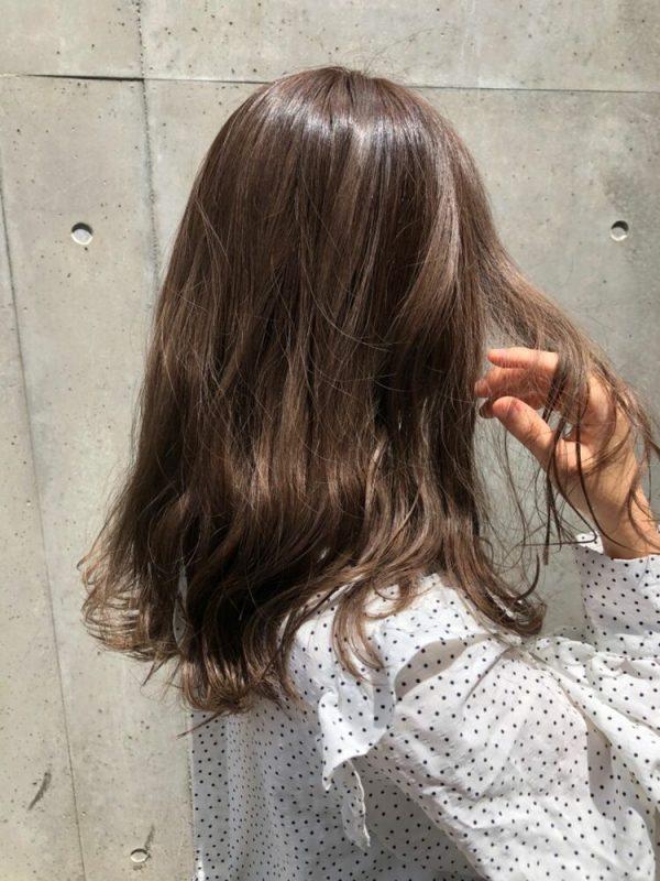 つやっぽいライトブラウンの髪色ロング