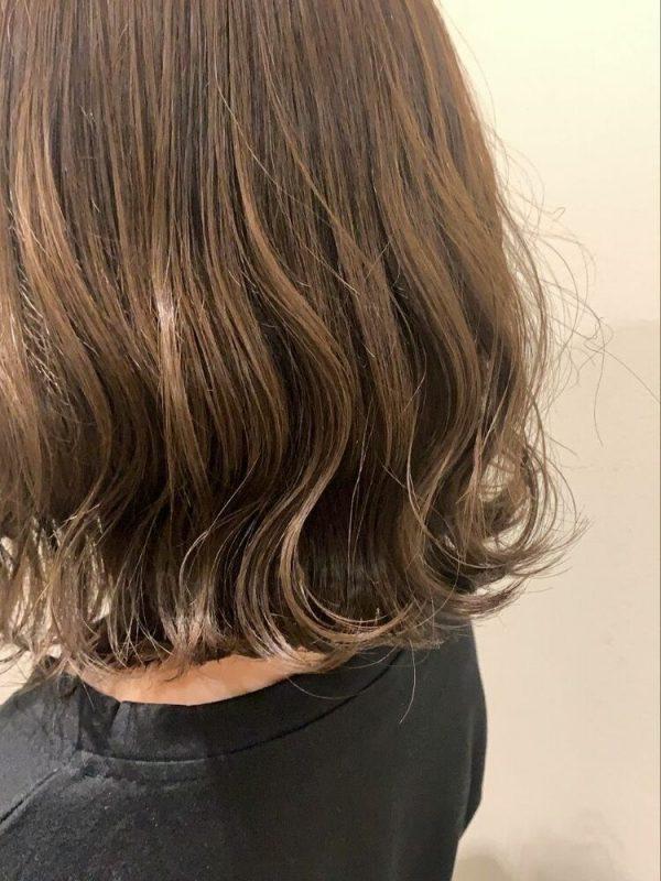 女っぽいミルクティーベージュの髪色