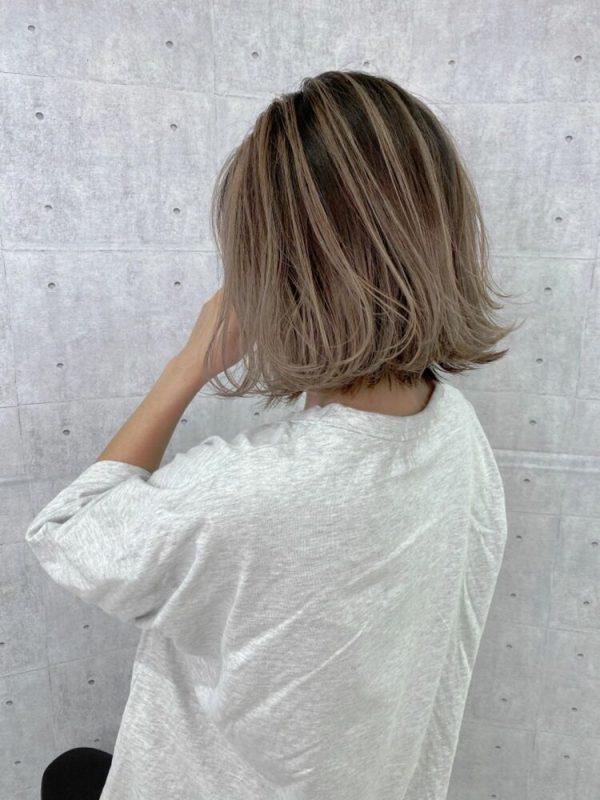 バレイヤージュのミルクティーベージュの髪色