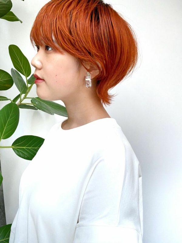 ハイトーンオレンジの髪色のウルフヘア