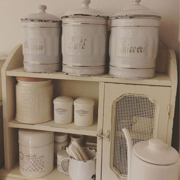 白い棚に置いたアイデア収納