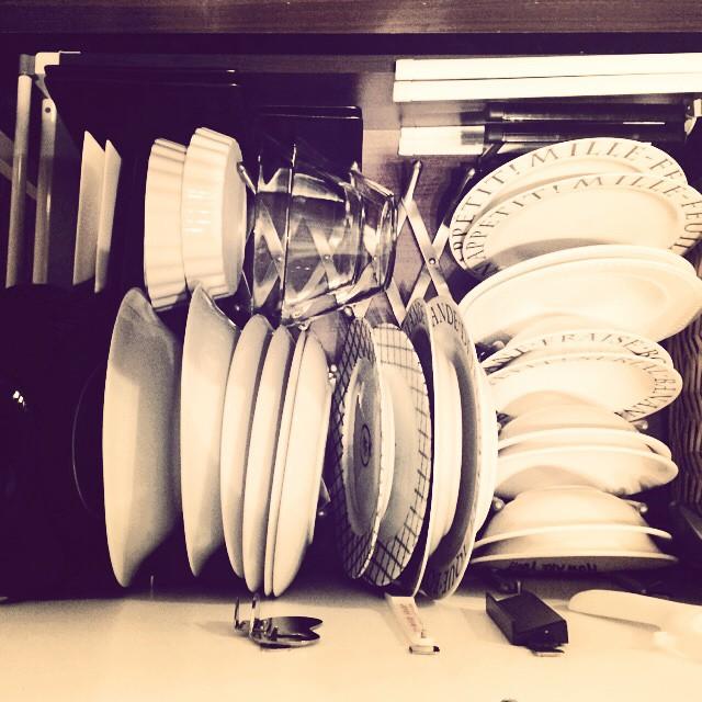 IKEAのスタンドを使った食器収納