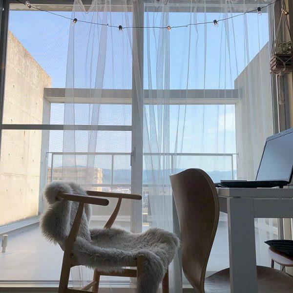 明るい窓際におしゃれな読書用インテリア