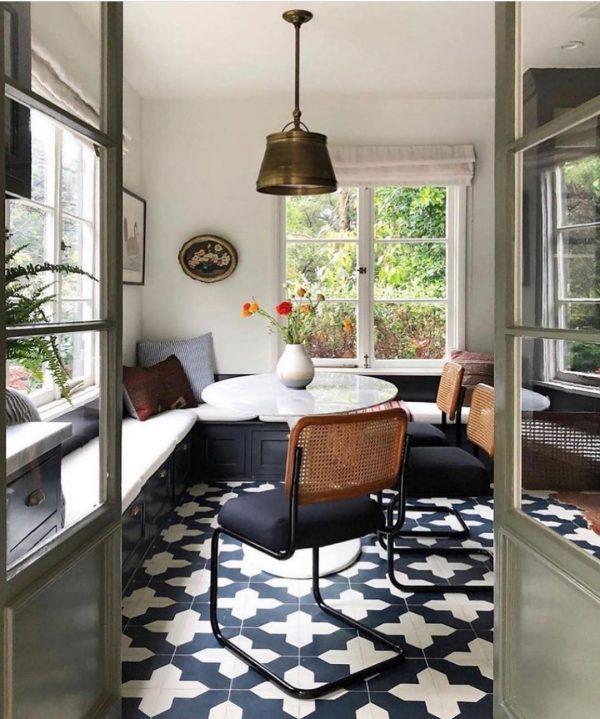 ウィンドウベンチ&丸テーブルの快適スペース