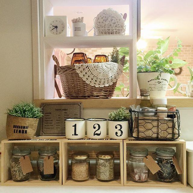 木箱を合わせて棚にしたカフェ風インテリア