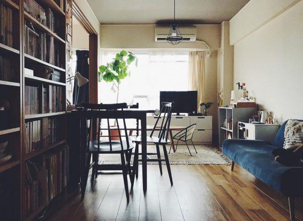 ソファーの前に大容量の本棚を置いた実例