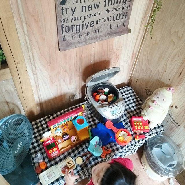 本物の調理器具を置いたおままごとキッチン