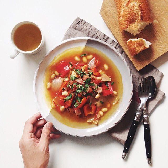 スープとパンのミニマリストな食事メニュー