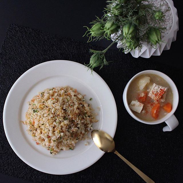 炒飯と味噌汁のミニマリスト食事