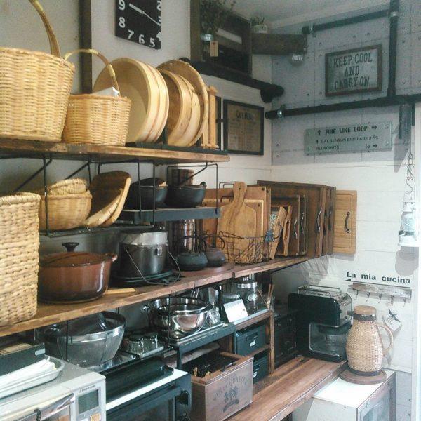 奥行きのあるキッチン棚の収納方法に一工夫