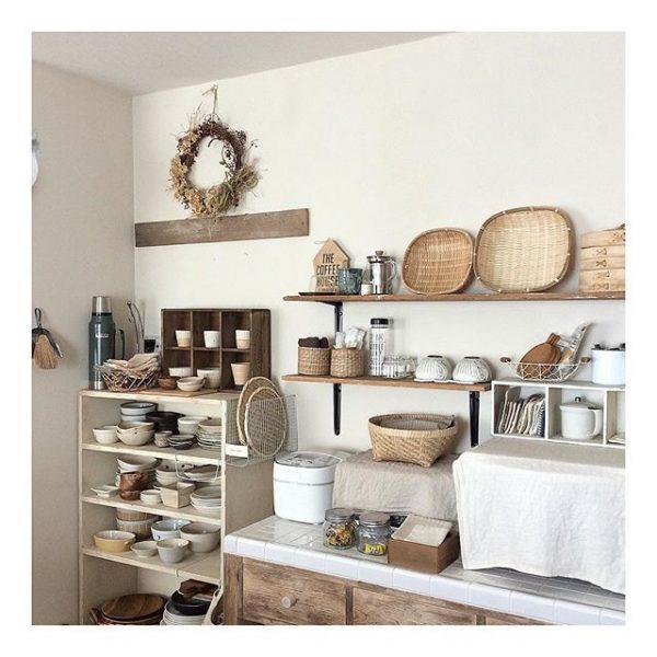 かわいくシンプルな食器棚のレイアウト