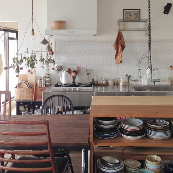 素敵な場所に♪食器棚で仕切りをつける配置