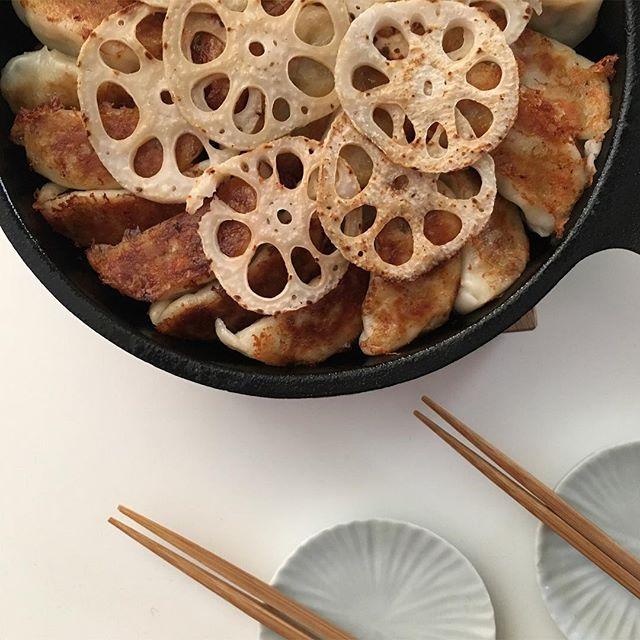 スキレットレシピはこれ♪鉄鍋餃子の蓮根のせ