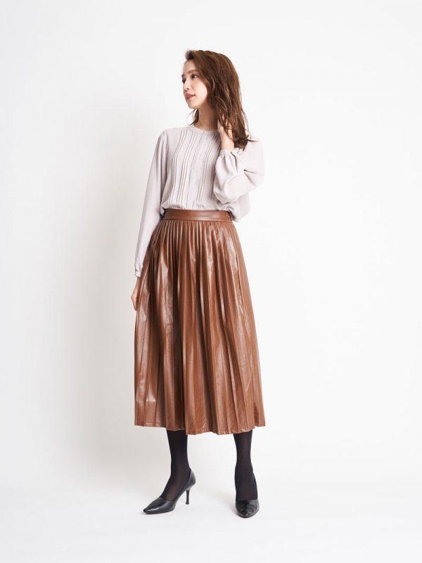 パールボタンブラウス×プリーツスカート