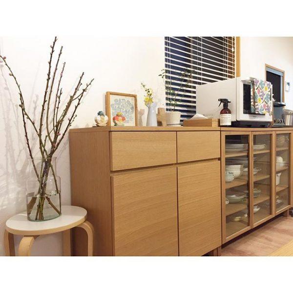 シンプル!横長に大きい食器棚の配置