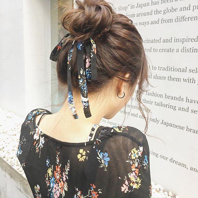 お団子×細いリボンのヘアアクセ