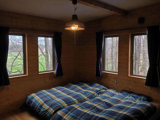 木目の壁に暖色のランプで癒やし感がアップ