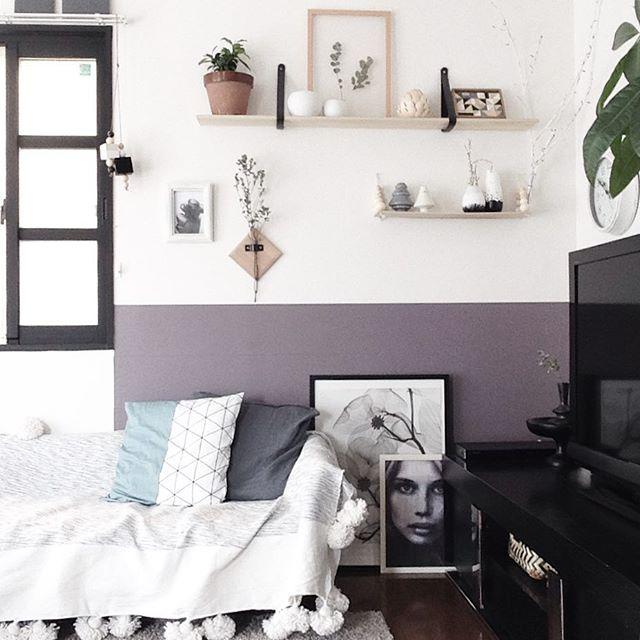 格子窓があるテレビとソファの配置