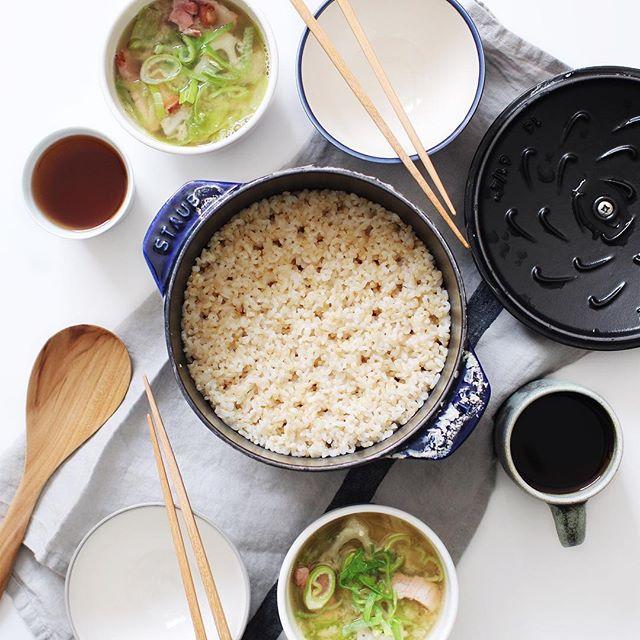 栄養豊富の玄米とスープの食事メニュー