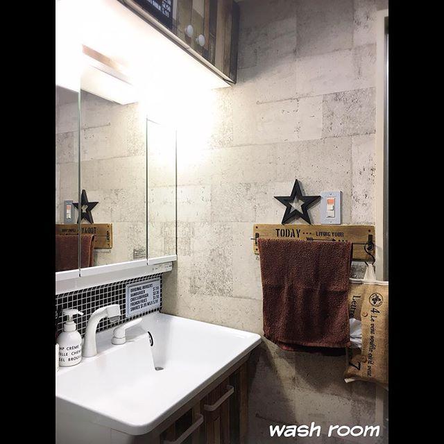 コンクリート風壁紙の洗面所