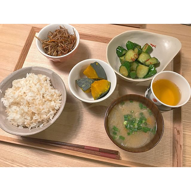 豚汁とご飯と副菜のミニマリスト食事メニュー