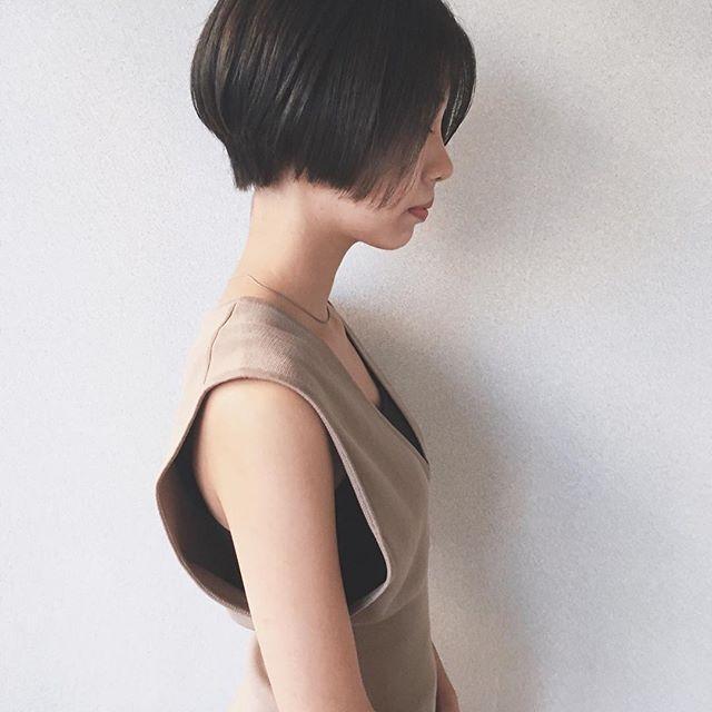 サイドを重く面長カバー黒髪ショート