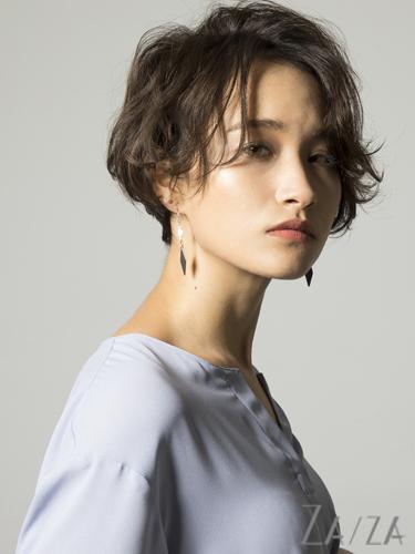 パーマで女性らしさを強調したショートヘア