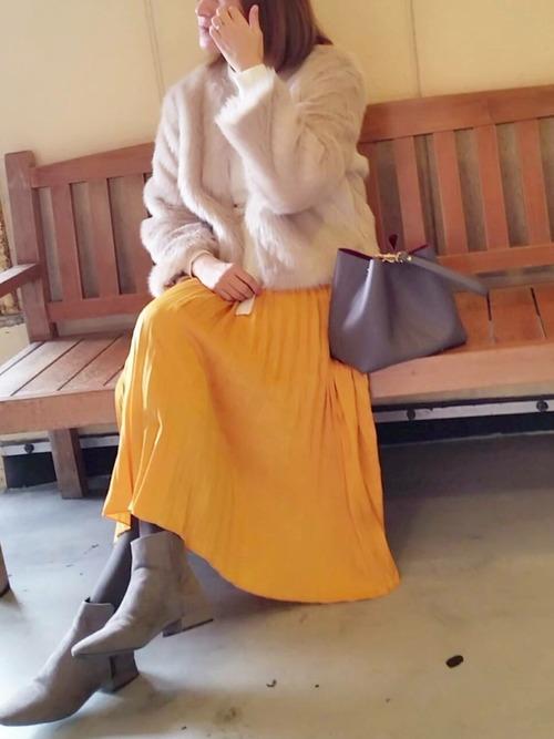 GU白ニット×黄色プリーツスカート