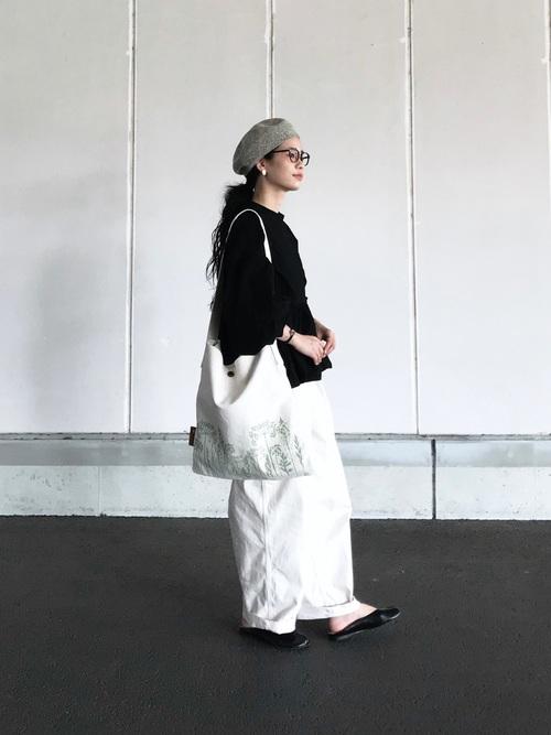 ベレー帽×白ワイドパンツ