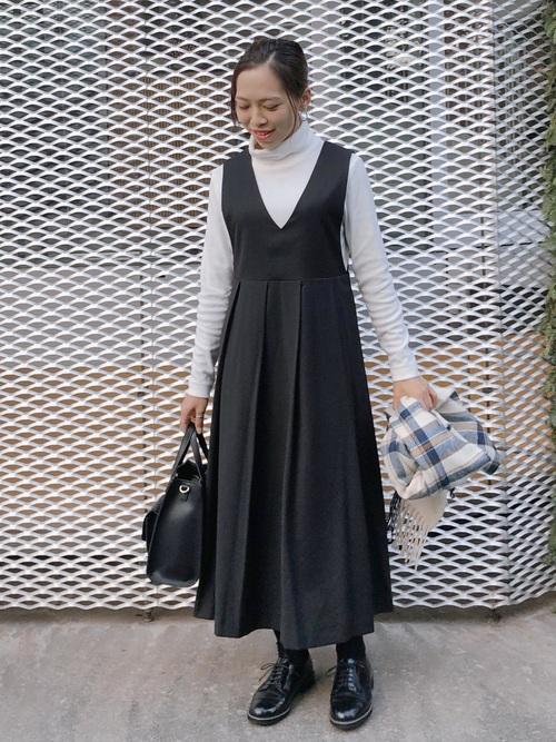 黒ジャンパースカート×白ハイネック