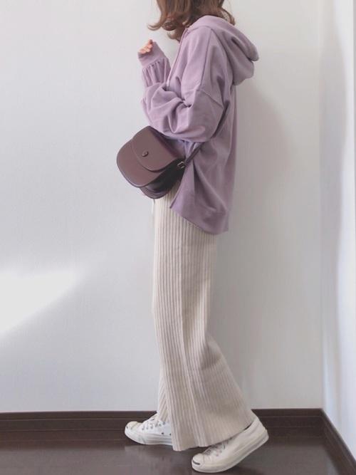 紫パーカー×ベージュパンツ