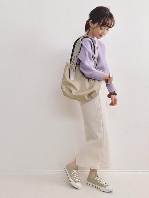 ベージュスニーカー×白スカート