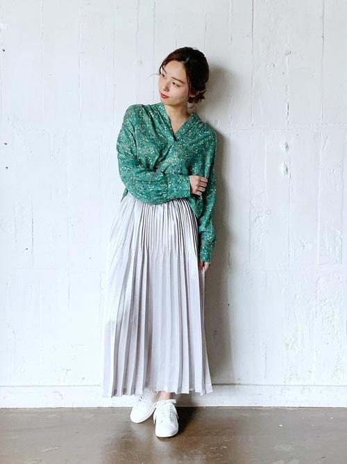 緑ブラウス×シルバースカート