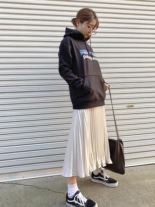 黒プリントパーカー×白スカート