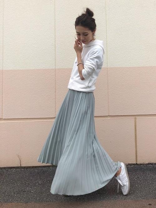 白無地パーカー×グリーンスカート